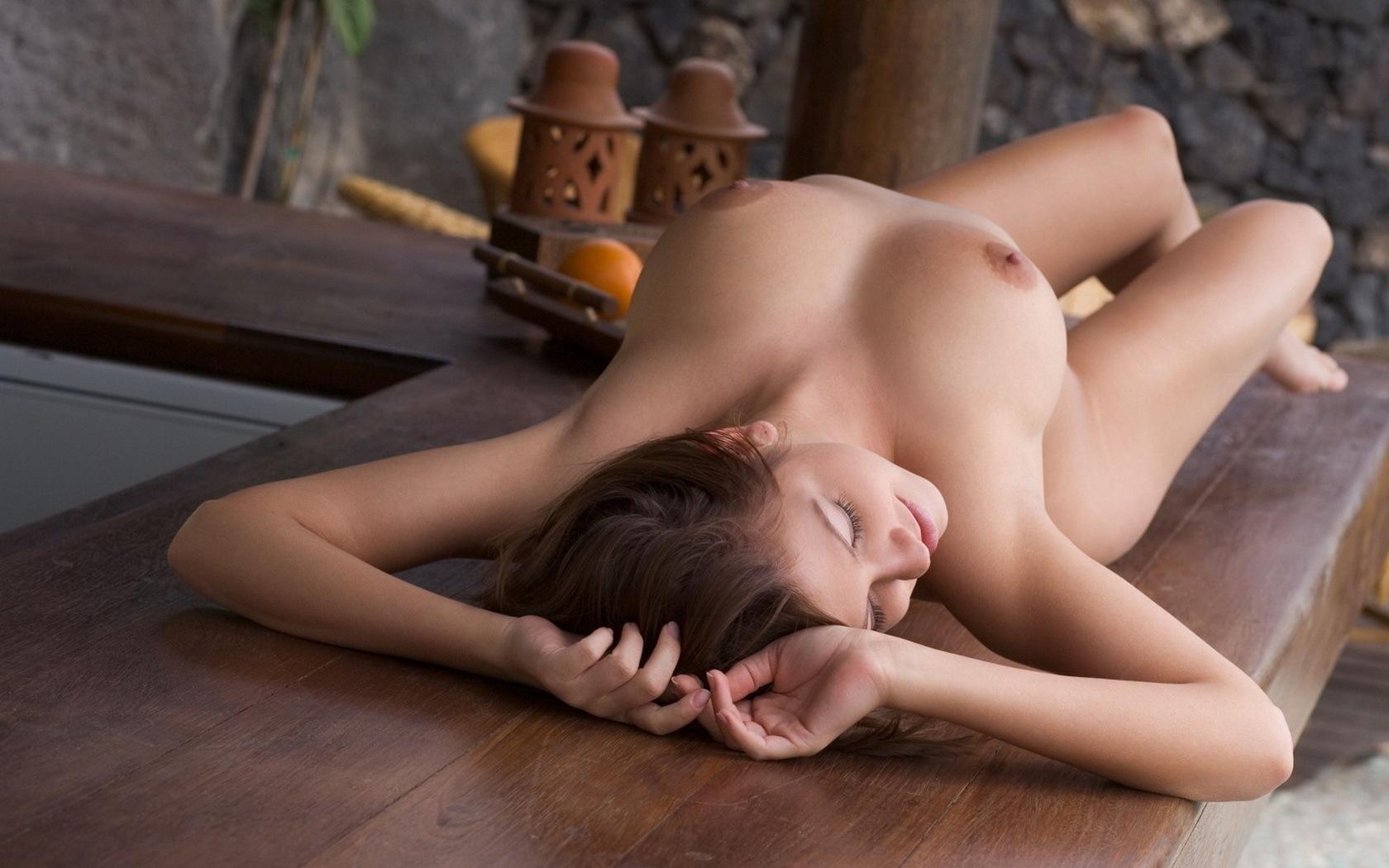 Эротические фото девушек голых на столе 7 фотография